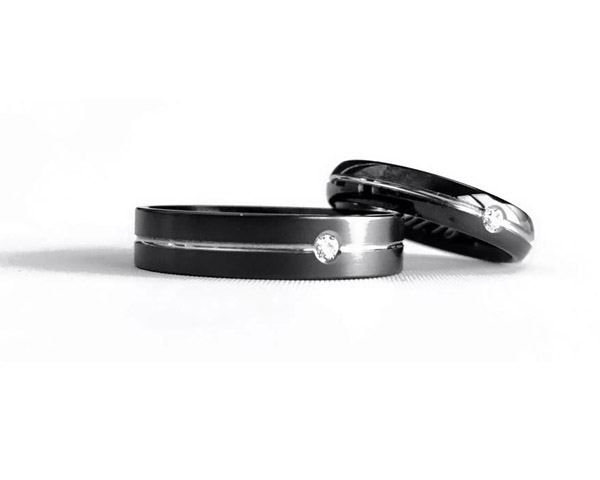 JeS-tianium Design - Black titanium wedding rings and diamonds